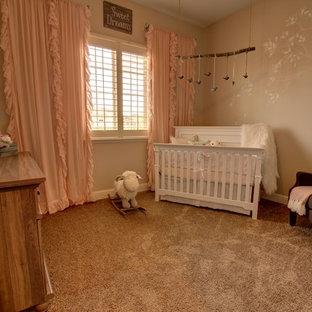 Diseño de habitación de bebé niña campestre con paredes beige
