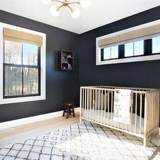 Imagen de habitación de bebé neutra nórdica, de tamaño medio, con paredes negras, suelo de madera clara y suelo beige