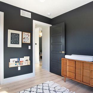 Cette image montre une chambre de bébé neutre nordique de taille moyenne avec un mur noir, un sol en bois clair et un sol beige.