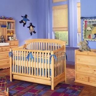 Foto di una cameretta per neonato di medie dimensioni con pareti viola