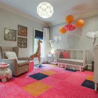 Imagen de habitación de bebé niña tradicional renovada, grande, con paredes grises y suelo multicolor