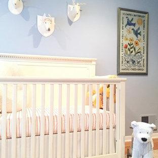 Ejemplo de habitación de bebé niño de estilo americano, de tamaño medio, con moqueta y paredes azules