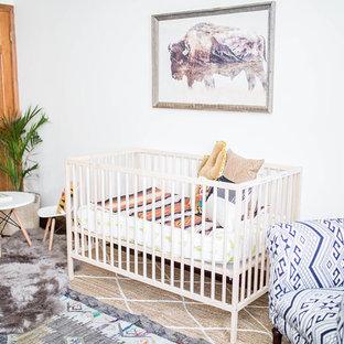 Esempio di una cameretta per neonato stile americano di medie dimensioni con pareti bianche, parquet scuro e pavimento marrone