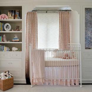 ミネアポリスの中サイズの地中海スタイルのおしゃれな赤ちゃん部屋 (白い壁、濃色無垢フローリング、茶色い床) の写真