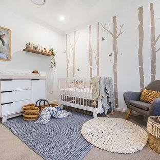 Foto di una cameretta per neonati neutra minimal di medie dimensioni con pareti bianche, moquette, pavimento grigio e carta da parati