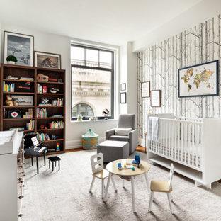 Réalisation d'une chambre de bébé garçon bohème de taille moyenne avec un mur multicolore, un sol en bois brun, un sol marron et du papier peint.