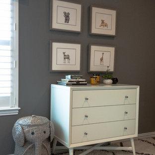 Foto de habitación de bebé niño minimalista, pequeña, con paredes grises y suelo de madera oscura