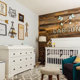 Imagen de habitación de bebé madera, de estilo de casa de campo, con paredes grises y madera