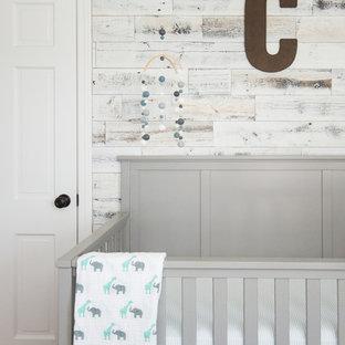 Imagen de habitación de bebé niño industrial, de tamaño medio, con paredes grises y suelo de madera en tonos medios