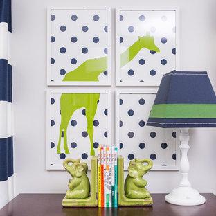 Réalisation d'une chambre de bébé garçon tradition de taille moyenne avec un mur bleu et moquette.