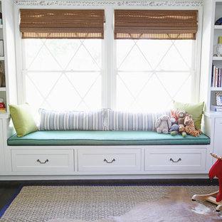 Modelo de habitación de bebé neutra minimalista, de tamaño medio, con suelo de madera oscura