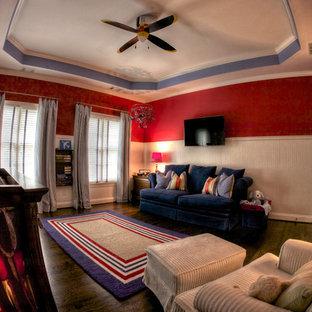 Diseño de habitación de bebé niño clásica renovada, de tamaño medio, con paredes rojas y suelo de madera en tonos medios