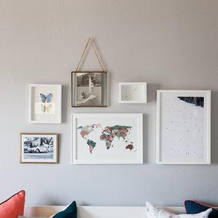 Diseño de habitación de bebé neutra clásica renovada, de tamaño medio, con paredes grises, suelo de madera en tonos medios y suelo marrón