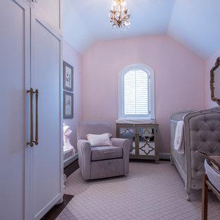 Ispirazione per una piccola cameretta per neonata con pareti rosa, parquet scuro e pavimento marrone