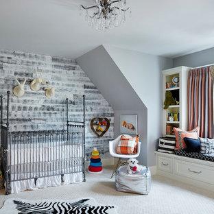 Diseño de habitación de bebé neutra tradicional renovada con paredes grises, moqueta y suelo gris