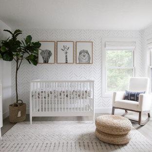 Modelo de habitación de bebé neutra papel pintado, nórdica, con paredes blancas, suelo de madera en tonos medios, suelo marrón y papel pintado