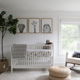 Modelo de habitación de bebé neutra escandinava con paredes blancas, suelo de madera clara y suelo gris