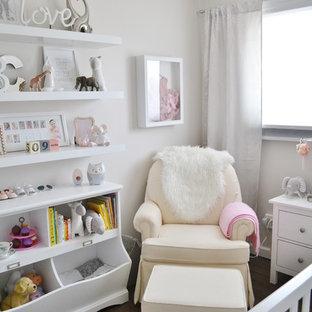 Cette photo montre une petit chambre de bébé fille chic avec un mur beige et sol en stratifié.