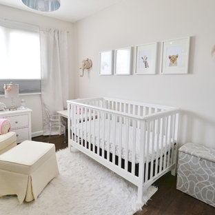 Réalisation d'une petit chambre de bébé fille tradition avec un mur beige et sol en stratifié.