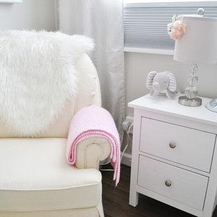 Aménagement d'une petit chambre de bébé fille classique avec un mur beige et sol en stratifié.