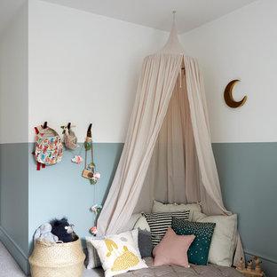 Modelo de habitación de bebé neutra nórdica, de tamaño medio, con paredes azules, moqueta y suelo beige