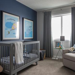 Cette photo montre une chambre de bébé chic avec un mur bleu, moquette et un sol gris.