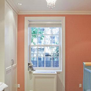 Aménagement d'une chambre de bébé fille éclectique avec un mur rose.