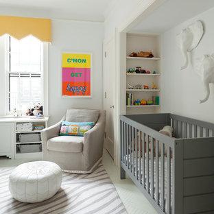 Modelo de habitación de bebé neutra clásica renovada, de tamaño medio, con suelo de madera pintada y paredes blancas