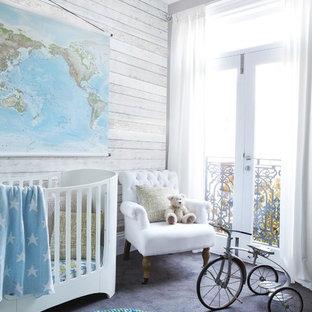 Imagen de habitación de bebé neutra clásica renovada, de tamaño medio, con paredes grises, moqueta y suelo gris