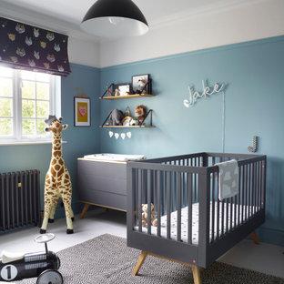 Modelo de habitación de bebé niño actual, grande, con paredes azules y suelo gris
