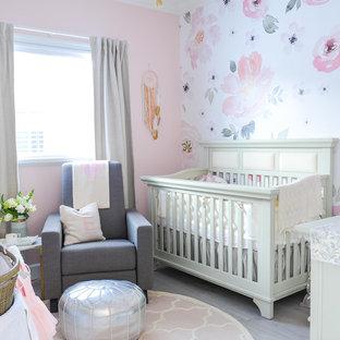 Modelo de habitación de bebé niña clásica renovada con paredes rosas, suelo laminado y suelo gris