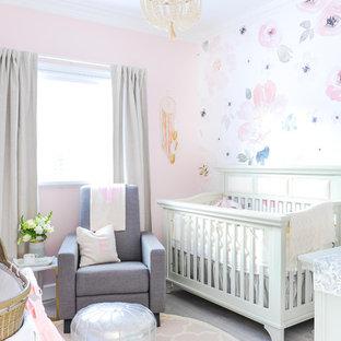 Foto de habitación de bebé niña clásica renovada con paredes rosas, suelo laminado y suelo gris