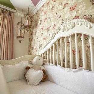 Foto di una cameretta per neonata vittoriana di medie dimensioni con pareti rosa e parquet scuro