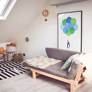 Aménagement d'une chambre de bébé neutre contemporaine de taille moyenne avec un mur blanc et un sol en vinyl.