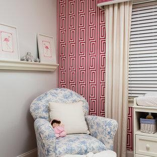 Ejemplo de habitación de bebé niña clásica renovada con paredes rojas y moqueta