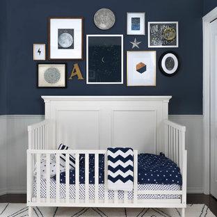 Ispirazione per una cameretta per neonato minimal di medie dimensioni con pareti blu e moquette