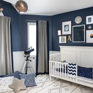 Foto di una cameretta per neonato minimal di medie dimensioni con pareti blu e moquette