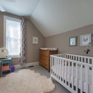 Modelo de habitación de bebé neutra tradicional renovada, de tamaño medio, con paredes beige, suelo de madera pintada y suelo gris