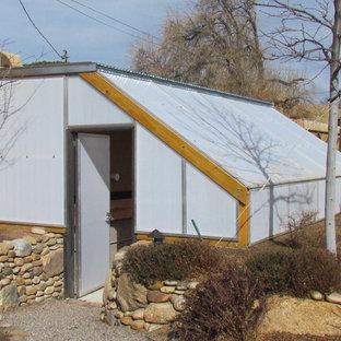 Cette photo montre une chambre de bébé craftsman de taille moyenne avec un mur beige, un sol marron et un sol en ardoise.