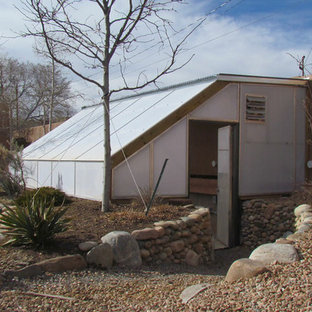 Esempio di una cameretta per neonati stile americano di medie dimensioni con pareti beige, pavimento marrone e pavimento in ardesia