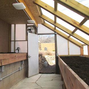 Cette photo montre une chambre de bébé craftsman de taille moyenne avec un mur beige, un sol en ardoise et un sol beige.