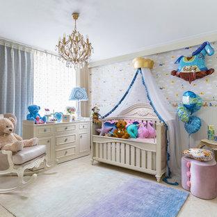 Inredning av ett eklektiskt könsneutralt babyrum, med flerfärgade väggar, marmorgolv och beiget golv