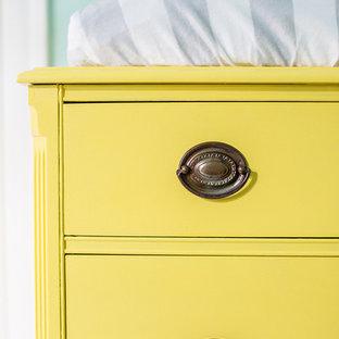 Idéer för små könsneutrala babyrum, med gröna väggar, ljust trägolv och gult golv