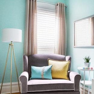 Inspiration pour une petit chambre de bébé neutre avec un mur vert, un sol en bois clair et un sol jaune.