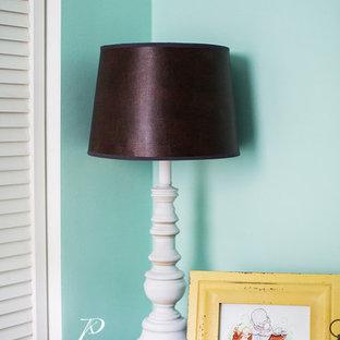 Idée de décoration pour une petit chambre de bébé neutre avec un mur vert, un sol en bois clair et un sol jaune.