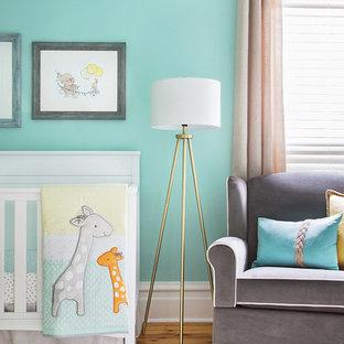 Cette image montre une petit chambre de bébé neutre avec un mur vert, un sol en bois clair et un sol jaune.