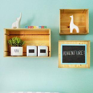 Exemple d'une petit chambre de bébé neutre avec un mur vert, un sol en bois clair et un sol jaune.