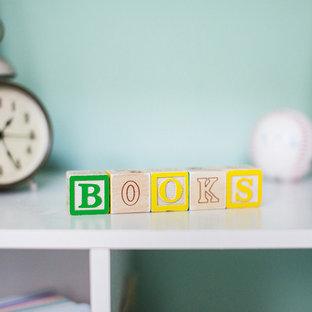 Idées déco pour une petit chambre de bébé neutre avec un mur vert, un sol en bois clair et un sol jaune.