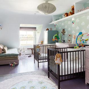 Идея дизайна: нейтральная комната для малыша в современном стиле с белыми стенами, деревянным полом и фиолетовым полом
