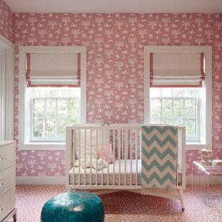 Idée de décoration pour une chambre de bébé fille tradition avec un mur multicolore, moquette et un sol rose.